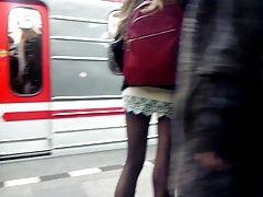 Sexy legs im metro Sexy Beine in...